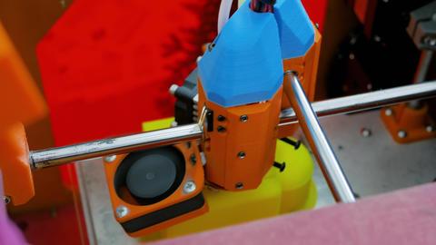 DIY three dimensional printing machine prints physical 3D model - close up view ライブ動画