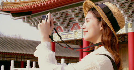 asian female traveler photographing temples at Asia Live影片