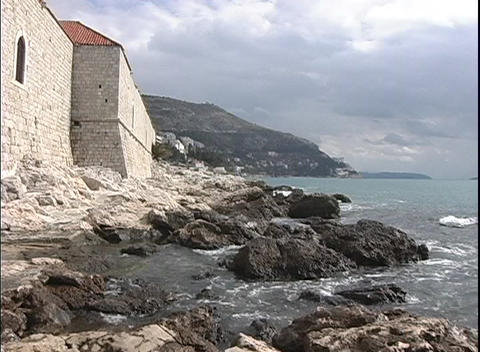 Houses along the Dubrovnik coast meet with the rocky... Stock Video Footage