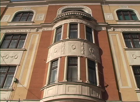 A worms-eye view of the stone face of an apartment... Stock Video Footage
