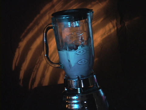 A blender mixes up a smoothie Stock Video Footage