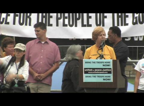 Medium-shot of Cindy Sheehan speaking at an anti-Iraq-war... Stock Video Footage