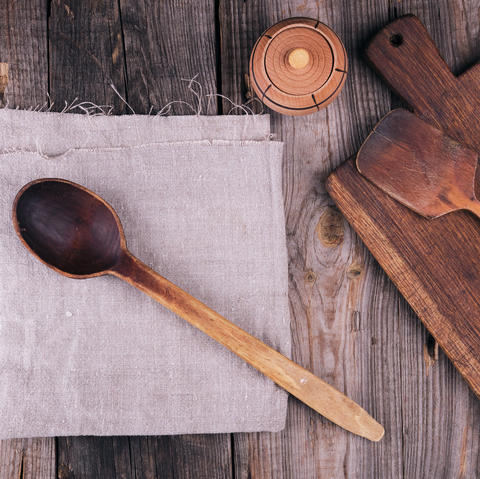 very old empty wooden spoon and rectangular cutting board Fotografía