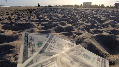 Girl holding money bill of 300 dollars on background of sandy beach Acción en vivo