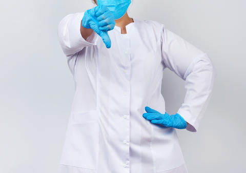 medic woman in a white coat and mask, wearing blue medical latex Fotografía