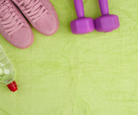 purple dumbbells and a clear plastic bottle of water, pink shoe Fotografía