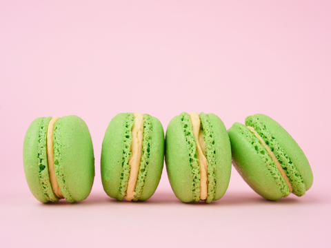 green round baked macaroon macarons on a pink background Fotografía