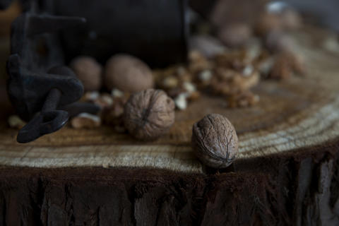 Walnuts on Rustic Old Table with Vintage Hand Grinder Fotografía