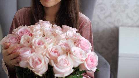 Happy woman look on bouquet of roses ライブ動画