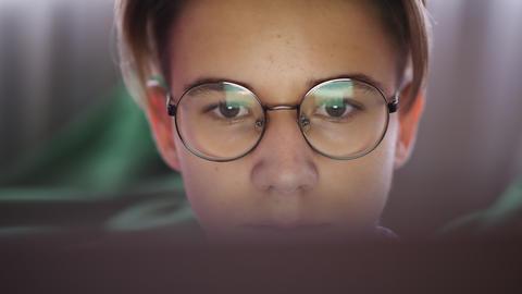 Teenage boy looking at laptop screen, close-up Acción en vivo