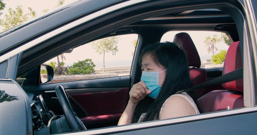Sick young woman wear mask and driving the car Live影片