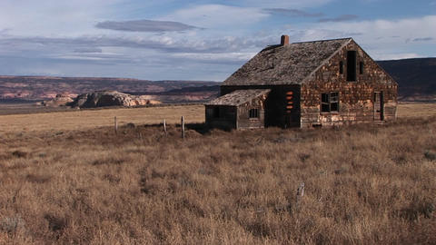An abandoned settler cabin sits on the plains of America Stock Video Footage
