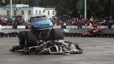 Monster truck easily runs over pile of junk cars, Bigfoot Footage