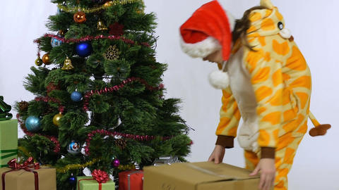 The girl dragged the box and sat by the Christmas tree ライブ動画