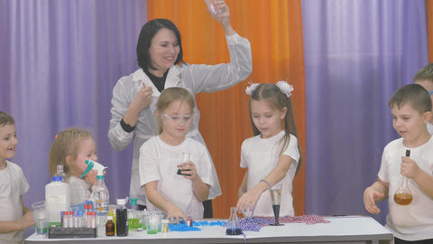 Chemical experiments for children. The beads fall down one by one. The room is ライブ動画