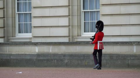 British soldier bypasses territory, London City Live Action