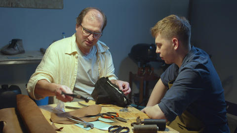 Master shares a secret with a young shoemaker Acción en vivo