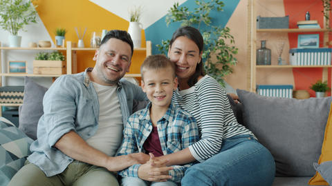 Portrait of cheerful people woman, man and child smiling laughing in apartment Acción en vivo