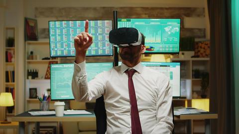 Male stock market broker using virtual reality Acción en vivo