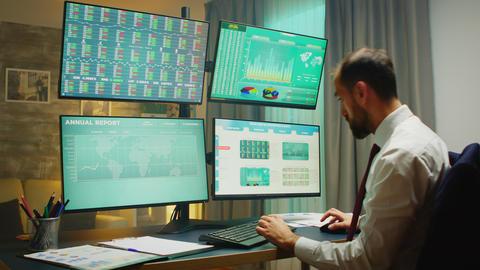 Stock market broker pointing at monitor computer Acción en vivo
