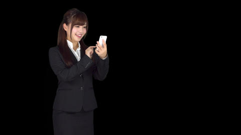 Young Japanese business woman texting on iphone ビデオ