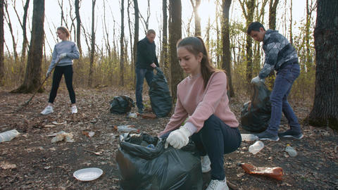Volunteers cleanse nature from garbage Live Action