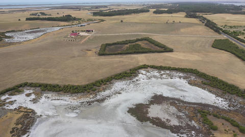 Aerial footage of a drought affected agricultural dam in regional Australia Acción en vivo