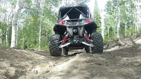 Mountain trail sport utility vehicle recreation drive over camera HD 0005 ビデオ