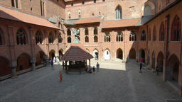 The old well in the middle of courtyard of the high castle in Malbork Acción en vivo