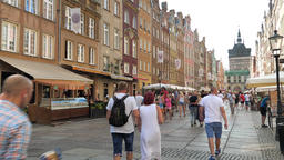 Tourists in the old town in Gdansk, Poland Acción en vivo