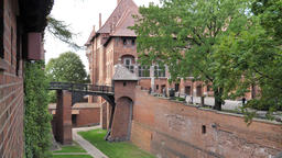 Malbork castle. Pathway (old moat) between middle and high castle Acción en vivo