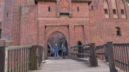 Malbork castle, bridge leading to the first gate into the High Castle Acción en vivo