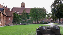 Teutonic Order castle in Malbork - cannons in the courtyard Acción en vivo