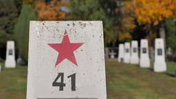 Soviet soldiers cemetery. Red star symbol on the soviet soldier gravestone Acción en vivo