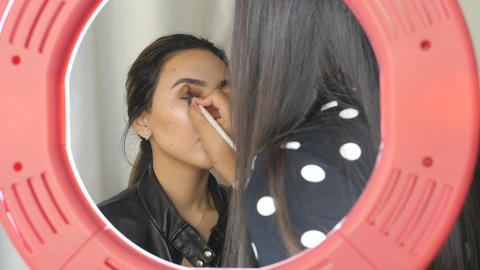 Makeup artist applying eye shadows ライブ動画