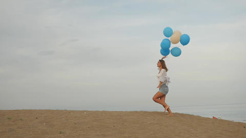 Young woman with helium balloons ライブ動画