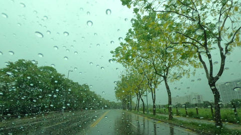 Road view through car window with rain drops, Driving in the rain Live影片