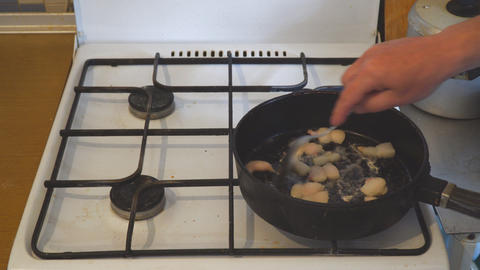 Pieces of lard are fried in frying pan ライブ動画