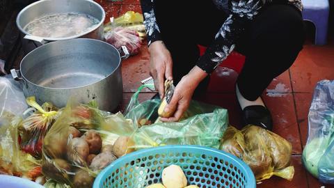 A woman cooks food on a ship. Long Bay, Vietnam Acción en vivo