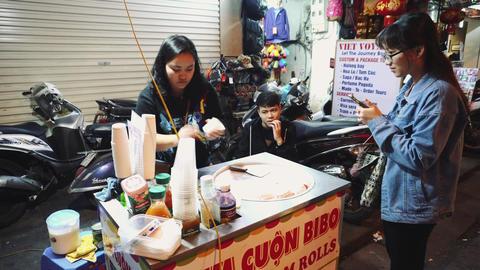Street Scene With People In The Restaurant In The Night In Hanoi, Vietnam Acción en vivo