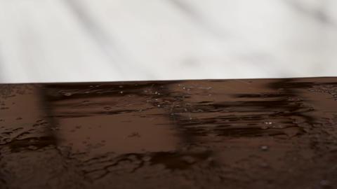 Raindrops fall on the table brown Acción en vivo