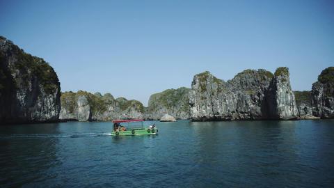 Tourist Cruise Ship Boat In Lagoon Halong Bay, Cat Ba Island Vietnam Acción en vivo
