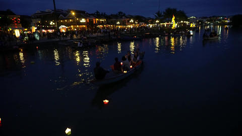 Night river view with floating lanterns and boats. Hoi An, Vietnam 4K Acción en vivo