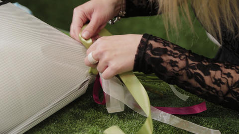 Florist ties a bouquet with beautiful ribbons ライブ動画
