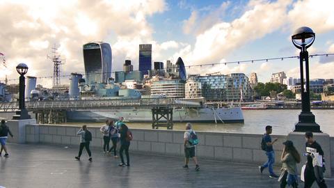 London, UK. Circa August 2016. Tourist visiting London and City skyline in the b Acción en vivo