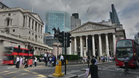 London, UK. Circa August 2016. Timelapse of people and the facade of the Bank of Acción en vivo