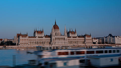 Hyper lapse of the Hungarian Parliament and the Danube river y Budapest Live Action