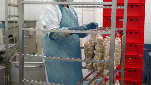 Worker of the sausage Department, puts the sausage on the shelf of the drying ライブ動画