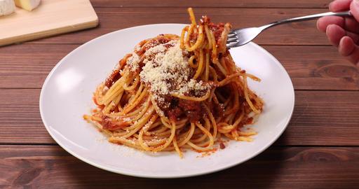フォークにスパゲッティを巻きつけるシーン。 ライブ動画