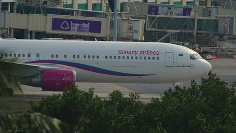 Boeing 767 taxiing after landing Live Action